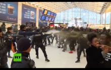 Paryż: Policja użyła gazu pieprzowego wobec protestujących imigrantów. Przerażające sceny! [WIDEO]