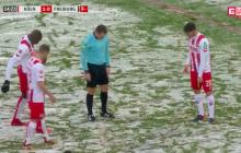 Bundesliga: z powodu śniegu nie można było wykonać rzutu karnego. Sędzia znalazł zaskakujące rozwiązanie! [WIDEO]