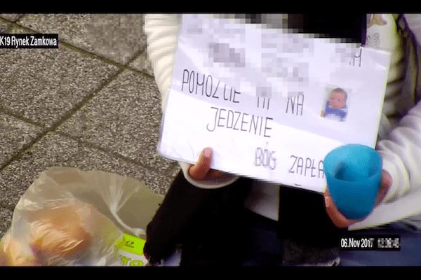 Żebrała na ulicy i dostała jedzenie. Kamery monitoringu uchwyciły, co zrobiła później. Skandaliczne zachowanie! [WIDEO]