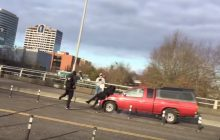 Uzbrojony bojówkarz Antify uciekał i... wpadł pod samochód. Ludzie wiwatują [WIDEO]
