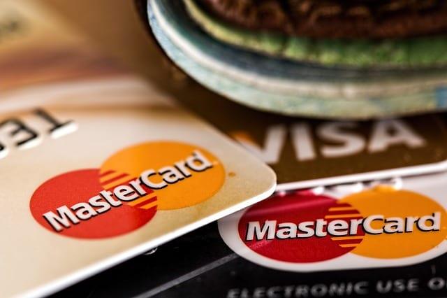 Świąteczne zakupy? Zastanów się, czy warto postawić wszystko na jedną kartę… kredytową