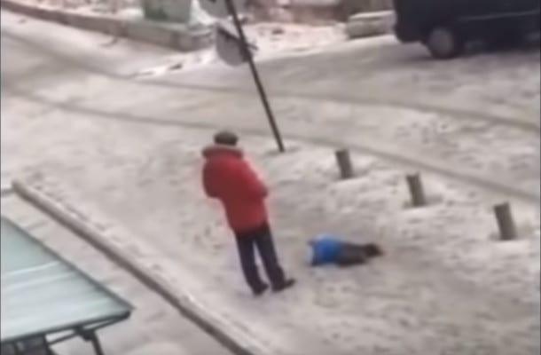 Z całej siły kopnął małe dziecko, bo... nie mogło wstać na lodzie. Bulwersujące nagranie! [WIDEO]