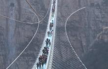Chiny: otwarto najdłuższy szklany most na świecie. Ten widok mrozi krew w żyłach [WIDEO]