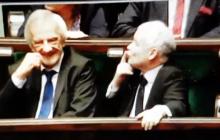 Zaskakujące zachowanie Jarosława Kaczyńskiego w Sejmie. Do kogo prezes PiS wysyłał sygnały? [WIDEO]