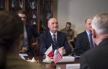 Polsat News publikuje nagranie z przyjazdu Antoniego Macierewicza na miesięcznicę. Limuzyna byłego szefa MON stanęła na... dwóch miejscach dla niepełnosprawnych