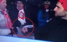 Popularni blogerzy publikują zdjęcie dziennikarza TVN, który rozmawiał z polskimi kibicami. Zaciekawił ich jeden szczegół [FOTO]