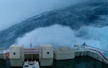 Tak wygląda sztorm z perspektywy kapitana statku. Widok mrozi krew w żyłach [WIDEO]