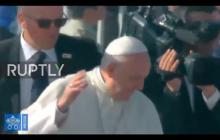 Papież Franciszek uderzony w twarz! Takiej reakcji Ojca Świętego można było się spodziewać [WIDEO]