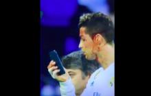 Zalany krwią Ronaldo opuszcza boisko. I przegląda się w... smartfonie! [WIDEO]