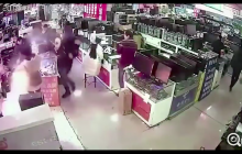 W sklepie włożył do ust baterię do iPhone'a, ta eksplodowała! Wszystko zarejestrowały kamery [WIDEO]