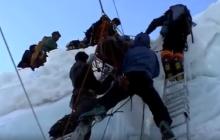 Tak wygląda sprowadzanie himalaistów z góry. Dramatyczne nagranie z akcji ratunkowej [WIDEO]