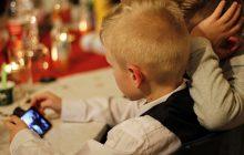 Psycholog nie ma wątpliwości: smartfon w szkole ma negatywny wpływ na zdolności poznawcze uczniów