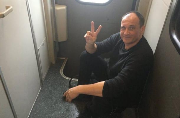 Paweł Kukiz opublikował zdjęcia z pociągu i skomentował funkcjonowanie PKP.