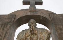 Francuzi chcieli usunąć krzyż z pomnika Jana Pawła II. Wiadomo, jak zakończył się spór