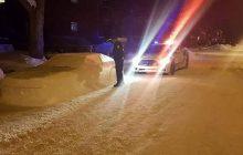 Ulepił samochód ze śniegu. Policjant wystawił mu