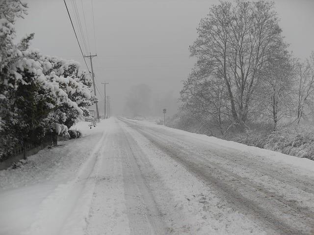 Wybierasz się w podróż samochodem? Musisz uważać, zima powróciła!