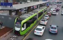 Chińczycy wymyślili tramwaj, który nie potrzebuje szyn. Już jeździ po tamtejszych ulicach [WIDEO]