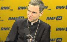 Najmłodszy biskup w Polsce zdradził, jakim jeździ samochodem oraz ile zarabia miesięcznie.