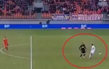 Kuriozalna sytuacja w meczu Bruk-Bet Termalika Nieciecza-Korona Kielce. Bramkarz trafił piłką w rywala, a ta... wpadła do bramki [WIDEO]