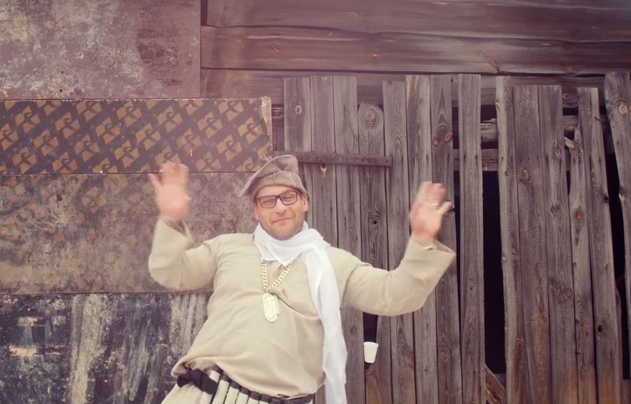Popek nagrał teledysk z Braćmi Figo-Fagot. Raper tańczy z pasem imitującym pas szahida [WIDEO]
