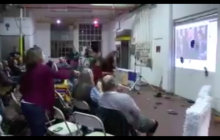 Szokujące nagranie ze zjazdu Demokratów. Rzucają butami w ścianę, na której wyświetlano przemówienie Trumpa! [WIDEO]