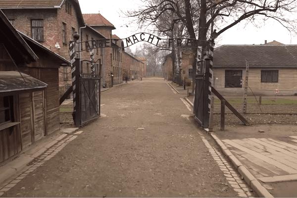 #GermanDeathCamps: Opublikowano nowy spot z premierem Morawieckim. Tym razem po angielsku [WIDEO]