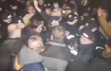 Awantura podczas miesięcznicy smoleńskiej. Policja interweniowała podczas śpiewania hymnu przez Obywateli RP.