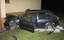 Pijany kierowca wjechał w budynek. Potem poszedł przez pola do domu