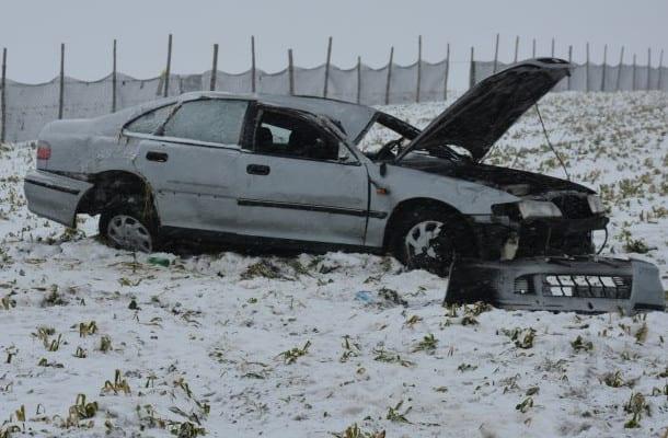 Po wypadku, zostawili rannego kolegę w śniegu. Pomógł dopiero policjant
