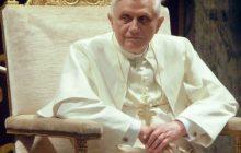 Artysta wykonał rzeźbę Benedykta XVI i wywołał burzę. Pokazał emerytowanego papieża... bez koszulki [WIDEO]