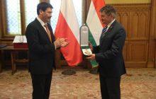 Prezydent Węgier nadał wysokie odznaczenie państwowe Markowi Kuchcińskiemu i Stanisławowi Karczewskiemu [FOTO]