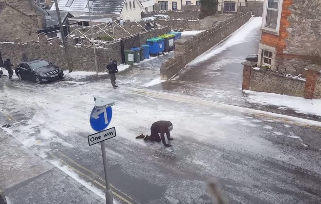 To nie zombie, tylko mieszkańcy brytyjskiego miasteczka. W ten sposób próbowali chodzić po zamarzniętej ulicy [WIDEO]