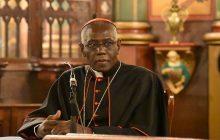 Kardynał Sarah prosi wiernych, by nie przyjmowali Komunii na rękę. Twierdzi, że to atak szatana na Eucharystię