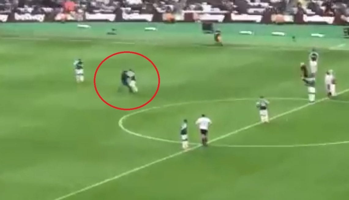 Kibice wtargnęli na boisko podczas meczu West Hamu Londyn. Na jednego z nich rzucił się kapitan zespołu [WIDEO]