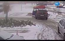 Kobieta prawie zginęła pod kołami własnego auta. Próbowała wyjechać z parkingu! [WIDEO]