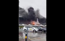 Kłęby dymu nad brytyjskim lotniskiem wywołały przerażenie u pasażerów! [WIDEO]