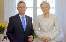 Andrzej Hrehorowicz opublikował niezwykłe zdjęcie pary prezydenckiej. Andrzej Duda niesie żonę na rękach [FOTO]