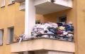 """""""Robactwo, myszy, smród"""". Od lat gromadzi śmieci na balkonie. Sąsiedzi bezsilni wobec uciążliwego lokatora [FOTO+WIDEO]"""