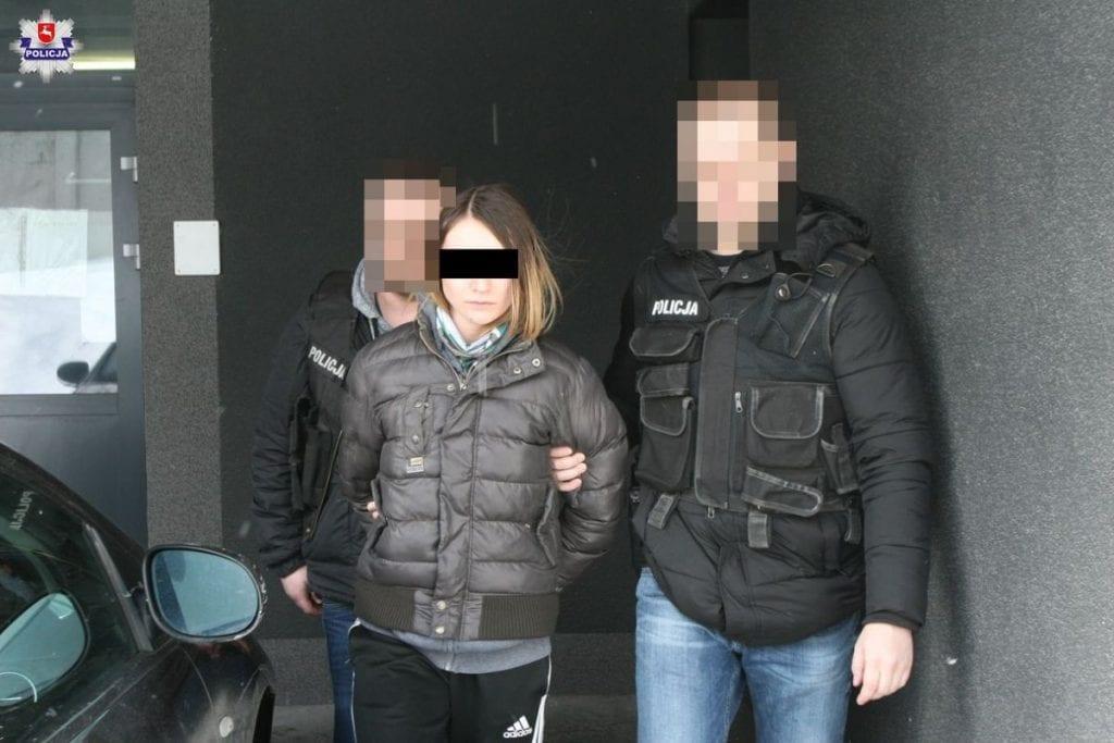Fot. Policja Lubelska (policjanci prowadzą jedną z zatrzymanych)