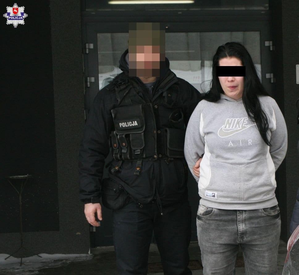 Fot. Policja Lubelska (policjanci prowadzą drugą z zatrzymanych)