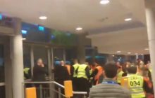 Kibice Arki Gdynia po porażce chcieli dostać się do swoich piłkarzy. Próbowali wyważyć drzwi! [WIDEO]
