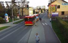 Czechowice-Dziedzice: Wepchnęła koleżankę pod autobus. To miał być żart [WIDEO]
