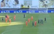 Lotto Ekstraklasa: piłkarz pomylił futbol ze zbijakiem? Rzucił piłką w sędziego i wyleciał z boiska! [WIDEO]