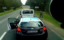 Obcokrajowiec wyrzucił śmieci przez okno. Polski kierowca wysiadł z auta i... kazał mu sprzątać [WIDEO]