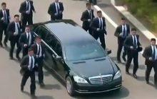 Kim Dzong Un wsiada do limuzyny, a za nim biegną ochroniarze. To nagranie podbija sieć! [WIDEO]