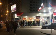 Gigantyczna kolejka na Orlenie w niedzielę z zakazem handlu. Internauci twierdzą jednak, że nie jest związana z tym faktem [FOTO]