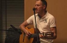 Denis Urubko śpiewa i gra na gitarze. Jak poradził sobie w nietypowej roli? [WIDEO]