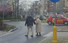 To zdjęcie przywraca wiarę w ludzi! Złamał przepisy, żeby pomóc starszej pani