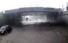 Łódź: Motorniczy tramwaju zalanego podczas burzy w ogniu krytyki. Miasto publikuje nagranie na jego obronę [WIDEO]