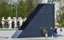 Chuligan na szczycie pomnika smoleńskiego? W sieci pojawiło się zdjęcie